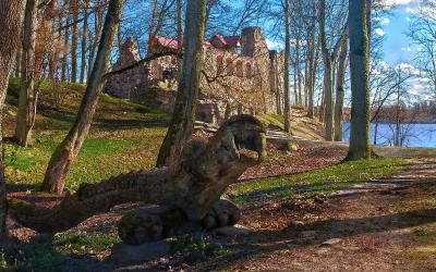 Где-то в Латвии. На фоне развалин древнего замка Крестоносцев.