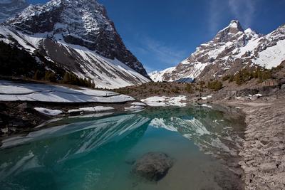 Алаудин Фанские горы вода облака отражение снег