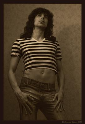 Male jeans art images. Фото 01 портрет стена джинсовый образ джинсы тельняшка короткая лицо взгляд волосы руки кисти живот пупок бедра ретро винтаж монохром