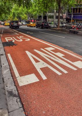 Выделенная полоса... Мельбурн Австралия улица в Сити