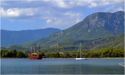 В бухте Фаселиса Турция Кемер Фаселис бухта море горы корабли яхты осень