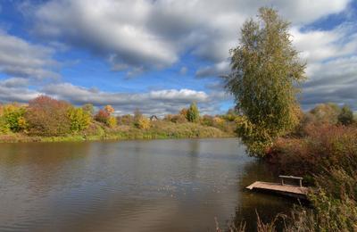 Осенний мостик Осень озеро пруд мостик лес рыбаки краски листья облака