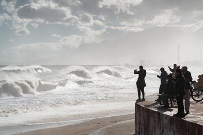 люди во время стихии стихия шторм Анталия кониалты