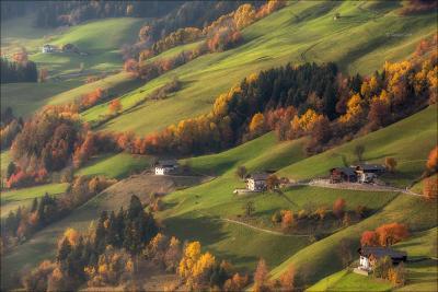 Жизнь на холмах доломиты альпы италия alps Santa Maddalena деревня italy осень dolomites свет