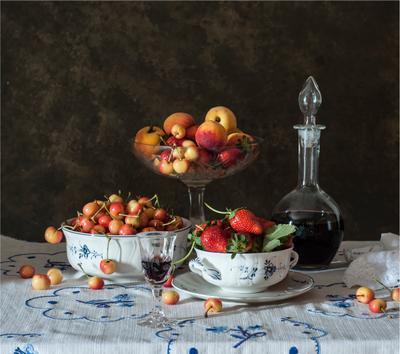 Натюрморт с ликером и ягодами