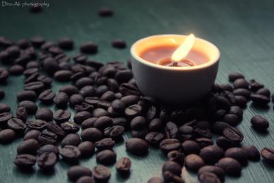 Кофейный кофейные зерна кофе аромат свеча свет вечер