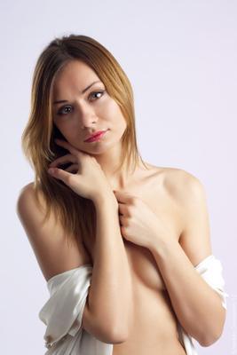 *** девушка модель белое портрет грудь руки