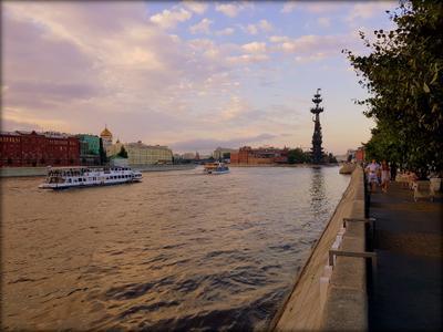 На набережной Музеон Москва набережная