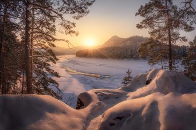 Золотые сугробы Манжерока алтай горный горы катунь майминский район манжерок горная река лед снег зима февраль закат золотой час сугробы