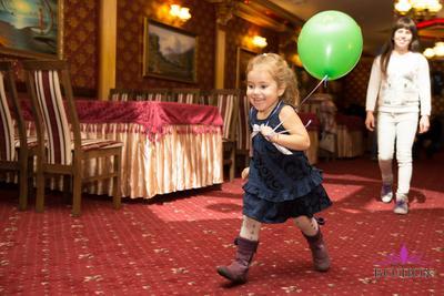 С шаром в догонялки)) Ребенок девочка бег воздушный шар радость счастье
