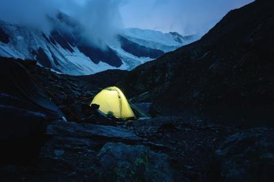 Ночь в горах алтай горы скалы облака мощь природа ледник снег пик вершина путешествие поход альпинизм ночь