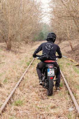 Эх, прокачу. железная дорога мотоцикл