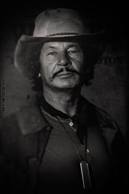 Мужчина с гармоникой портрет мужчина вестерн
