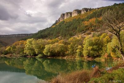 У озера Мангуп Крым Мангуп озеро Мангуп-Кале осень горы вода отражения Ходжи-Сала