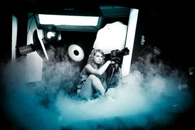 На охоте девушка, охота, студия, свет, дым