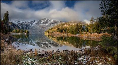 На Красном Озере выпал первый снег! Алтай Озеро Красное Горы Лес Отражение Первый снег
