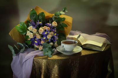 С букетом ирисов и роз цветы розы ирисы книга чай фарфор