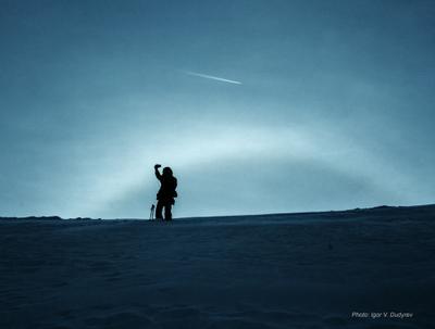 Человек. Гало. Самолет. горы туризм гало фотограф самолет снег небо