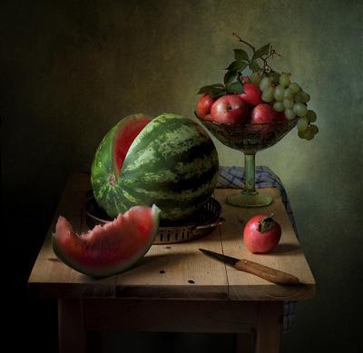 С арбузом и фруктами яблоки,виноград