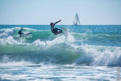 *** океан серфинг серферы волны яхта прыжок Португалия Algarve Praia da Rocha CatSteel