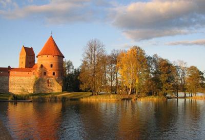 Тракай в лучах закатного солнца пейзаж, замок, осень, тракай