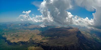 ***Скалистый хребет с облаками Кавказ Скалистый хребет Тызыл