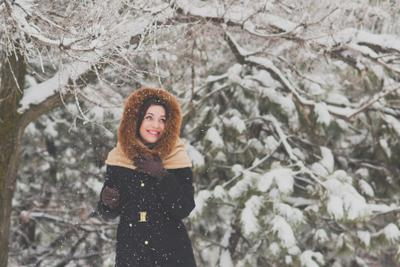 Прогулка в зимнем лесу лес зима снег дерево девушка улыбка холод мороз пейзаж