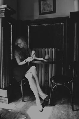 Исследуя своё одиночество. Одна кафе кофе солце лучь девушка стол меню