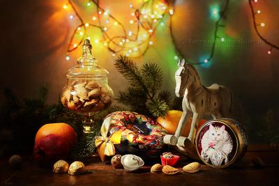 С Новым Годом и Рождеством! натюрморт новый год рождество поздравление лошадка конь игрушка банка орехи миндаль елка еловые ветки конфеты апельсин гранат подарки