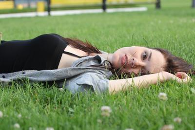 Отдых на траве . Девушка студентка лужайка большая перемена