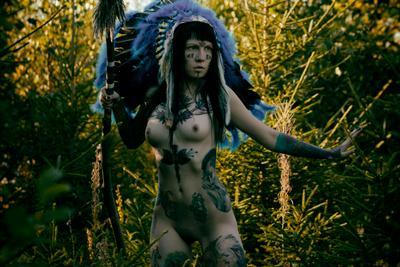 Indian женщина девушка тату татуированная индеец роуч лес копье ню эротика обнаженная природа синий брюнетка