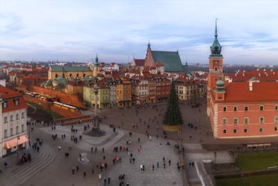 На исходе дня в Варшаве Польша Варшава Замковая площадь колонна Сигизмунда II Королевский дворец вечер