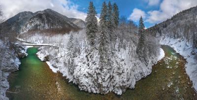 Панорама реки Кавказ Кавказские горы скалы лес пихты ель деревья в снегу снег зимнее март ранняя весна зима Карачаево-Черкесия река течение Большая Лаба берег порог мост