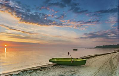 Утро в заливе лодка рыбаки утро восход море рига залив берег песок дюны небо