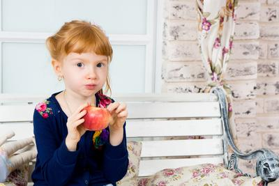 *** девочка, ест, яблоко