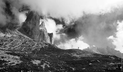 Человек и природа гора,горы,долина,Доломиты,Италия,пейзаж,природа,скалы,туман,фото,черно-белое,драма,дмитрий воробей