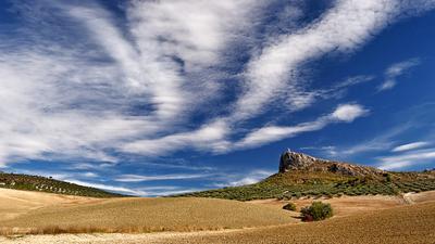 Одинокая башня в окрестностях Моклина Испания Андалусия Гранада Моклин башня небо скала облако синева дорога путешествие оливы пашня