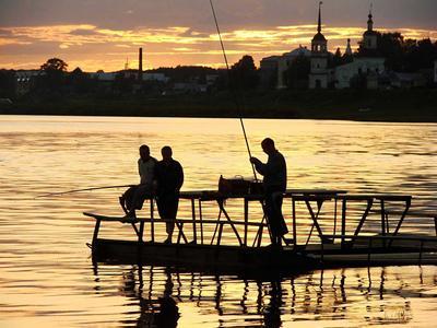 рыбаки рыбаки люди жизнь вечер природа река г.Устюг рыбная ловля силуэт закат контражур