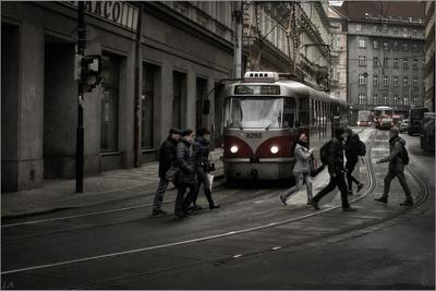 *Пражские трамваи* фотография путешествие Прага улица город вечер зима трамвай пешеходы Фото.Сайт Светлана Мамакина Lihgra Adventure