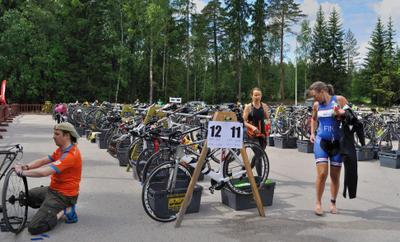 "Триатлон - транзитная зона (3) триатлон транзитная зона велосипеды стойки ""раздевалка"" Вантаа Большой_Хельсинки Kuusijärvi Vantaa Finland"