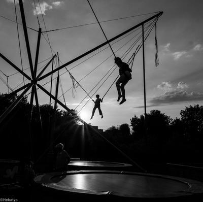 Jetées en l'air дети чб аттракцион прыжки небо