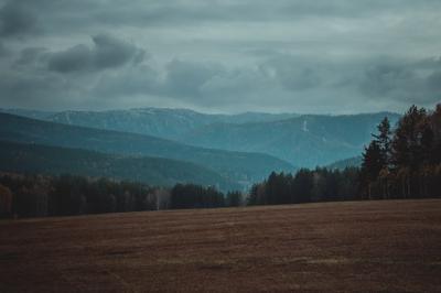 Осень в горах Урала горы осень природа пейзаж урал лес туризм поход путешествия облака пасмурно