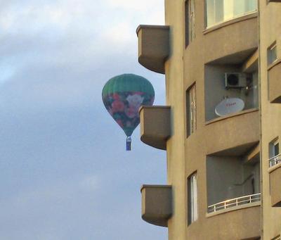Воздушный шар в городе :) воздушный шар город праздник отличное настроение улыбки удивление отличное настроение