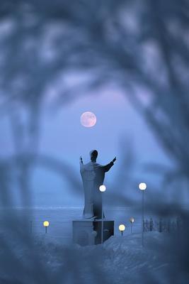 Розовая луна Чукотка Анадырь Памятник Святому Николаю Чудотворцу луна изморозь
