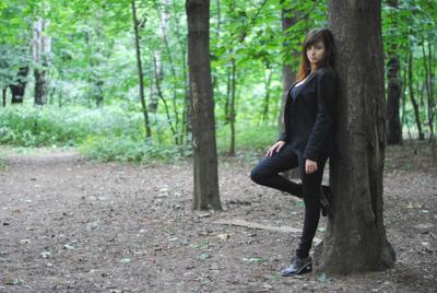 В лесу девушка лес