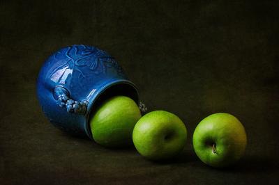 Композиция с кувшином и тремя яблоками кувшин яблоки композиция