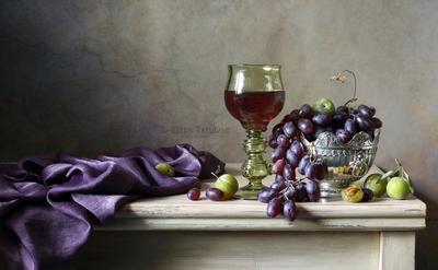 В лилово-оливковых тонах бокал лесное стекло виноград вино сливы
