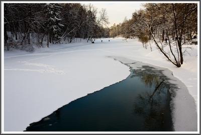 В парке Царицыно. зимнее утро лес река полынья люди