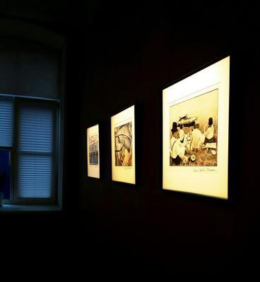 На выставке Анри-Картье-Брессона. музей окно картины