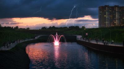 Приближение грозы Ростов-на-Дону вечер закат пруд небо молния фонтан